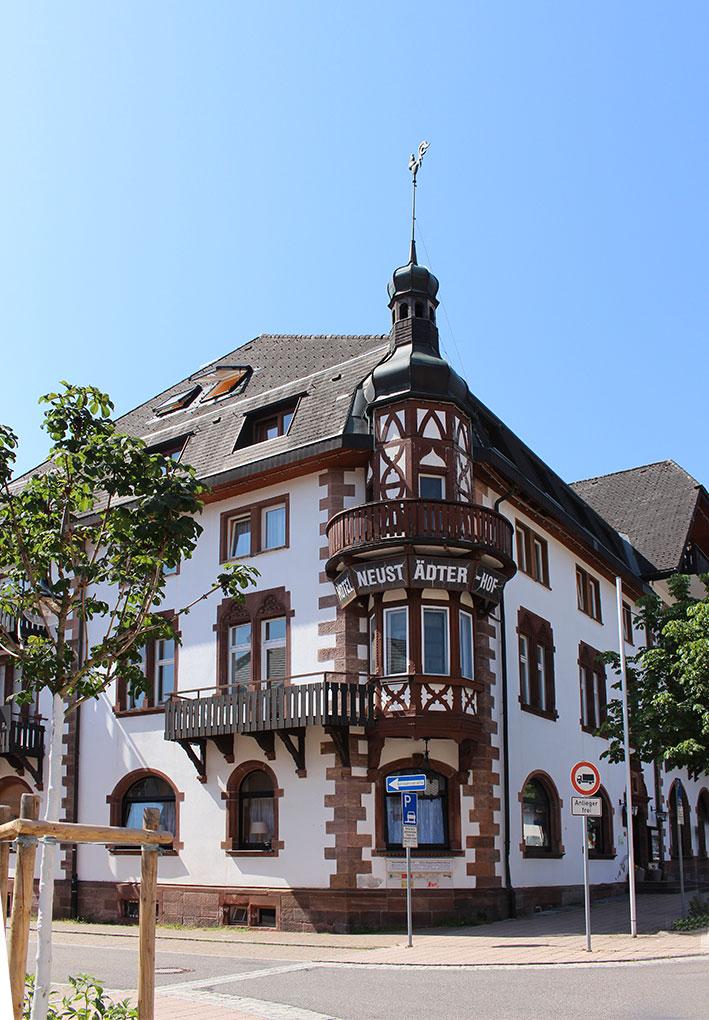 Blick von der Straße zum Neustädter Hof mit historischer Fassade und Erkerturm